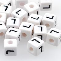 Vita bokstavspärlor kub 10mm *L*