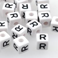 Vita bokstavspärlor kub 10mm *R*