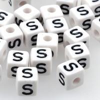 Vita bokstavspärlor kub 10mm *S*