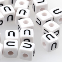 Vita bokstavspärlor kub 10mm *U*