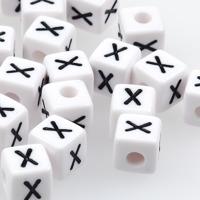 Vita bokstavspärlor kub 10mm *X*