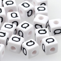 Vita bokstavspärlor kub 10mm *Q*