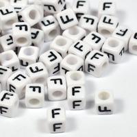 Vita bokstavspärlor kub 6mm *F*