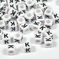 Vita bokstavspärlor kub 6mm *K*