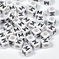 Vita bokstavspärlor kub 6mm *M*