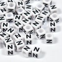 Vita bokstavspärlor kub 6mm *N*