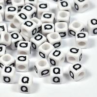 Vita bokstavspärlor kub 6mm *Q*