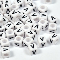 Vita bokstavspärlor kub 6mm *V*
