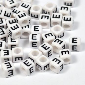 Vita bokstavspärlor kub 6mm *E*