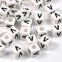 Vita bokstavspärlor kub, 8mm *V*