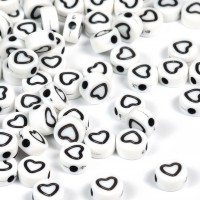 Vita pärlor med hjärt-kontur