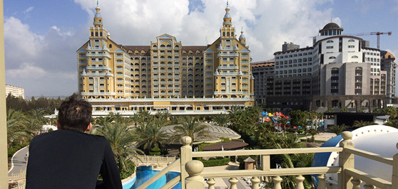Adriano beundrar hotellets arkitektur.
