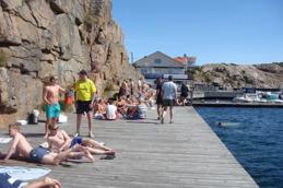 Längs Kungshamns strandpromenad når ni badbryggan.