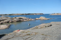 I närheten av gästhamnen finns möjligheter till klippbad.