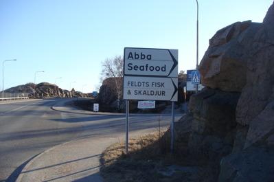 Sväng av innan Smögenbron. Stor parkering för bil och husbil.