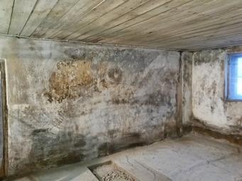 Väggarna är väldigt fula då vi skrapat bort all lös färg. Ska det bli vitt igen??