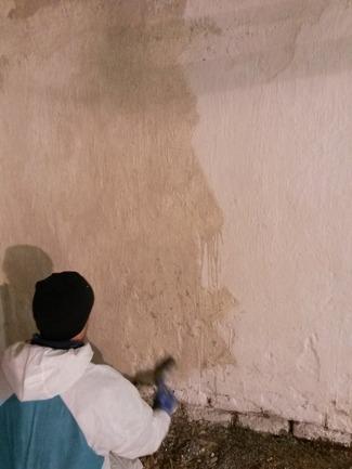 När man målar med kalkfärg ser det först ut som om det blir beige och fult...men man måste ha tålamod tills det har torkat, då kommer den vita färgen fram.