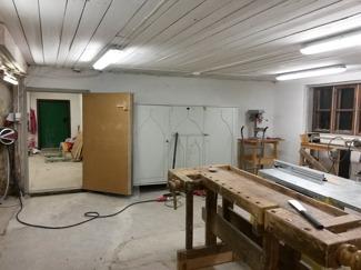 Det gamla skåpet har stått oanvänt i många år eftersom det är så stort att vi inte haft plats för det inomhus. Nu kommer det till användning då vi ska förvara verktyg i det.