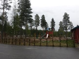 Gärdsgården går runt hela lekplatsen, även om det syns dåligt på denna bild.