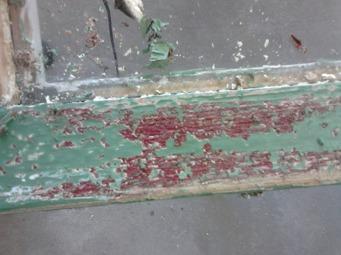 Under den gröna färgen finns ett rosa (!) lager färg och därunder ett rött lager. Det var på 40-talet det gjordes en stor renovering på huset. De gamla fönstren byttes tyvärr ut mot dessa med stora moderna rutor. Fönstren blev röda och huset var då vitt.