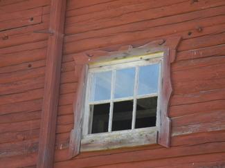 Som motvikt till slott och säteri kommer här en bild från en ladugård i Småland. Ladugården är antagligen från 1800-talet. Rutor saknas, men se vilka vackra foder de har ansträngt sig med att sätta på en sådan byggnad. Med lite vit färg kommer det bli väldigt praktfullt!