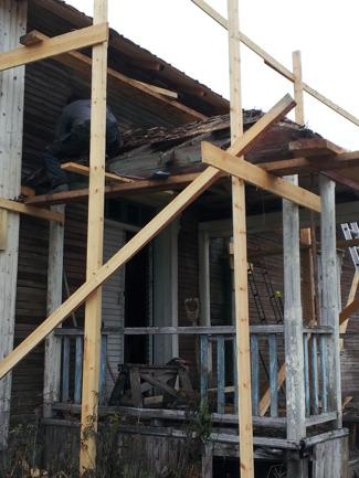 Brotaket ska repareras på samma sätt som det stora taket. Det verkar som om taksprånget, som sticker ut på sidorna har varit grönmålade, vilket jag tycker skär sig mot det blåmålade räcket. Nu blir det nog inte vi som kommer färdigställa taket, utan ägaren själv tillsammans med annan hjälp.