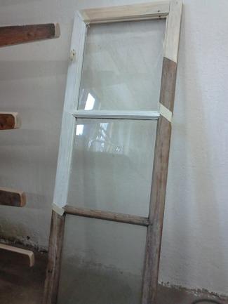 Ett halvrenoverat fönster! Syftet är att visa att man kan få gamla fönster som nya!