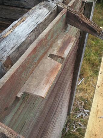 Jag måste visa på några detaljer på huset. Denna typ av planka finns flera gånger om under hela takutsprånget. Vad kan det vara? Ja, en plats för svalor att bygga bo på. Det ska tydligen vara rätt vanligt på gamla hus, men jag har inte sett det förut. Vad omtänksamt av folket förr!