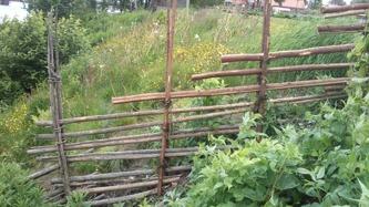 En liten utmaning för oss... Gärdsgården går ner för en tvär brant kant, innan den ska fogas ihop med den gamla som står på plan mark. Men vi tycker själva att lösningen blev helt okej.