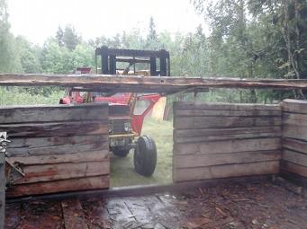 Det är tur vi kan använda traktorn till hjälp! På första veckan rev vi hela ladan och hann även börja bygga upp den på nya platsen. Fler bilder från det kommer i nästa inlägg.