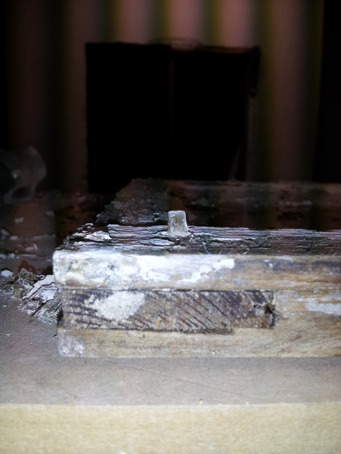 Träpluggarna har börjat krypa ut. Jag har hamrat in dem igen, försiktigt försiktigt... Jag använde ett don för att inte förstöra pluggen eller göra märken i bågen.