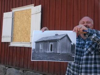 Jimmy som jobbar på museet visar upp en bild från tidigt 1900 som visar hur huset ska återställas. Tex ska fönsterluckorna tas bort.