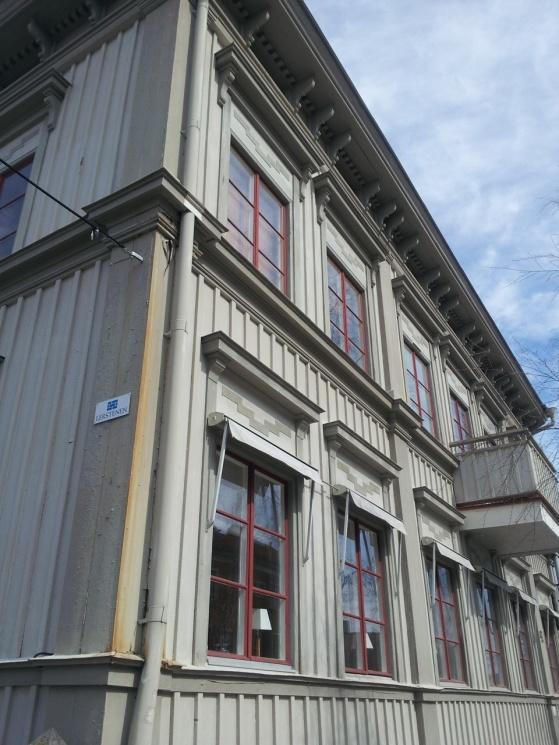 Färgsättningen på detta hus tycker jag är så vacker! Kolla sen in utsmyckningen under taket.