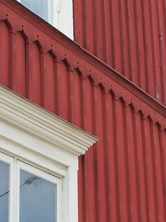 Denna midja ligger det mycket tid bakom. Titta även på överdelen av fönsterfodret, profiler flera gånger om - konkava och konvexa och i olika storlekar.