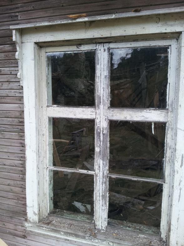Ett fönster är helt. Det har klarat sig trots all yttre påverkan. Glasen är munblåsta.