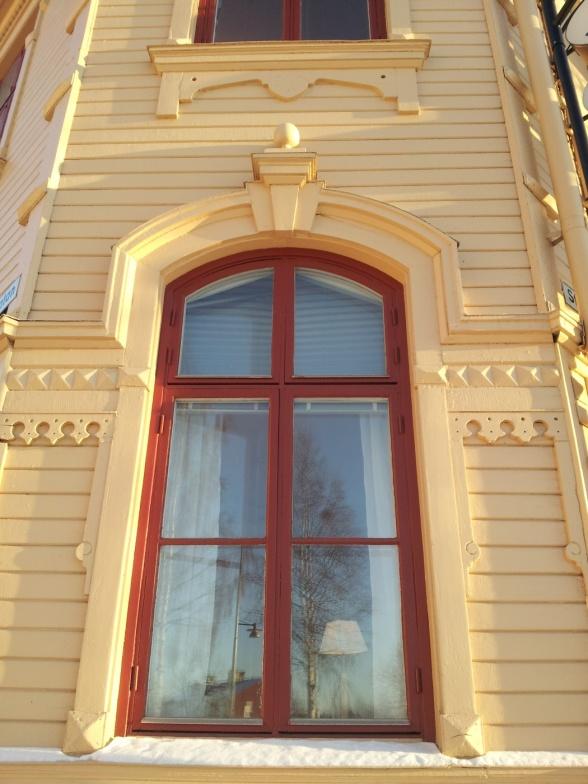 Slöjdskolan. Titta på dekorationen som går ut från fönstret. Det ger verkligen ett ståtligt intryck tycker jag.