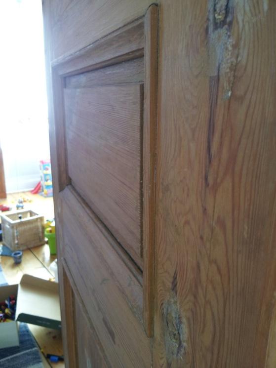 Här ser man en dörr när listen är kvar, utstående från resten av dörren.