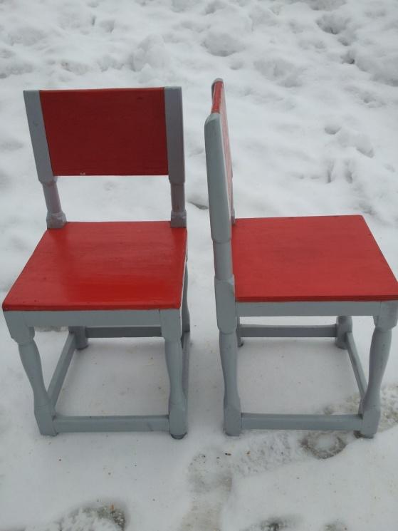De här stolarna hittade jag på Blocket för 50 kr/st. De är lite för låga för att vara sittvänliga så jag tänkte ha dem som sängbord istället. Färgen är obetalbar och bilden gör den inte rättvisa så att säga. Den är starkt orangeröd och jag tycker det är ett helgerån att måla gamla stolar i denna hemska färg. Tur att det går lätt att måla över!