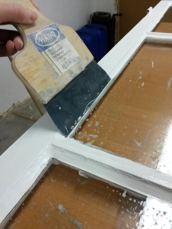 Att lägga tid på att kantskära målningen gör mycket för slutresultatet. Håll en stålspackel och skär bort med ett rakblad.