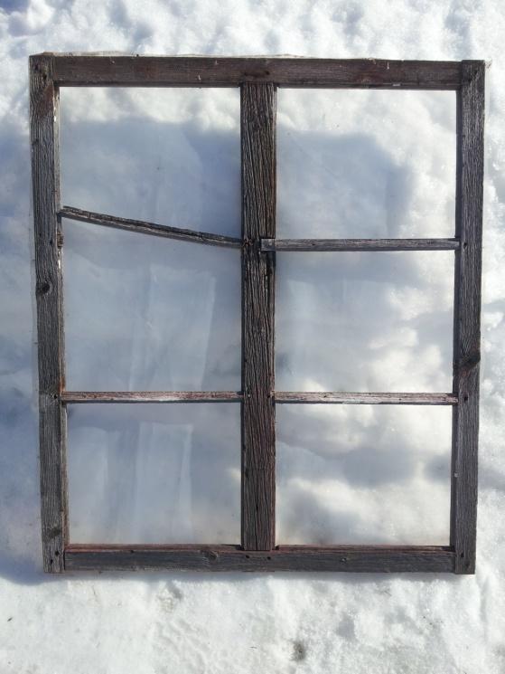 Så här såg fönstret ut innan jag lagade det och satte i nya rutor.