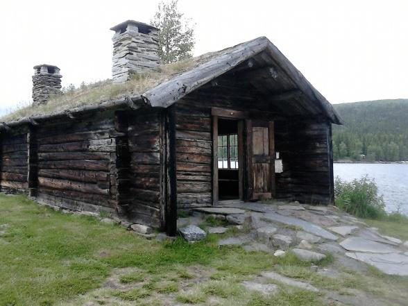 Här bodde länsman och även  prästen  ibland. Björken som ser ut att stå bakom huset växer faktiskt på taket!