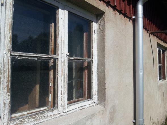 Alla fönster kittar jag om och målar i tre varv med linoljefärg. Några rutor var sönder och de är nu bytta. Innanfönstren får jag ta mig an senare i höst eller vinter.