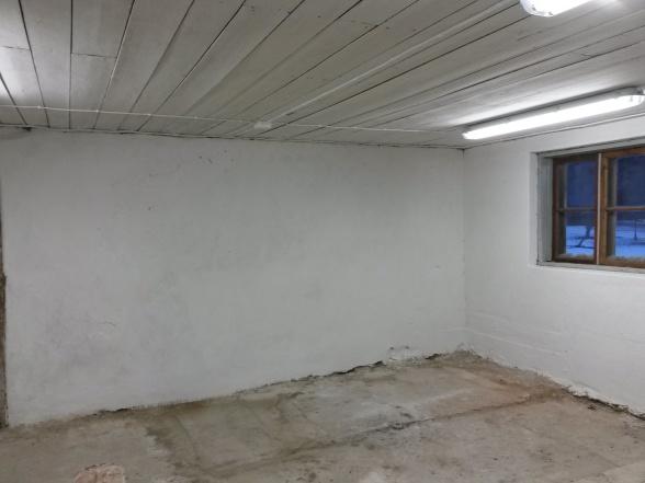 Det blev vitt till slut. Fem varv blev det i taket och sju på väggarna.