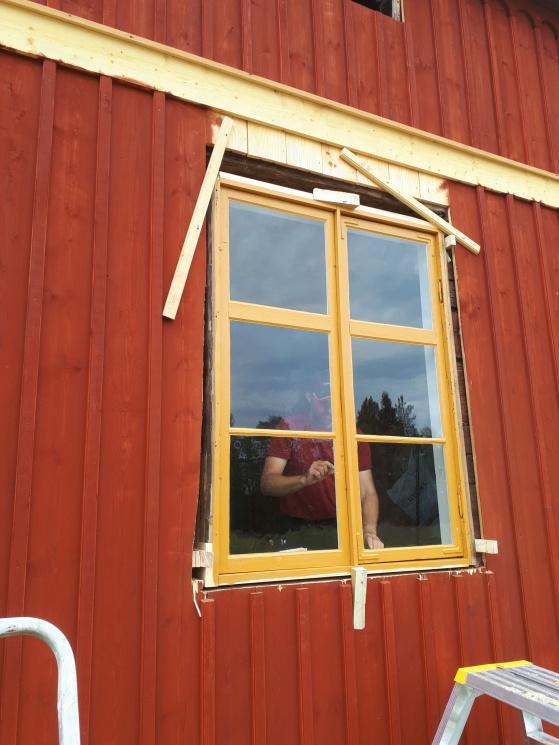 Första fönstret på plats!