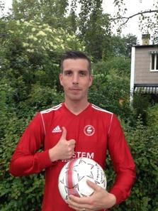 Henrik Fälldin, hela 37 år gammal. Ändå kan han fortfarande sparka boll!