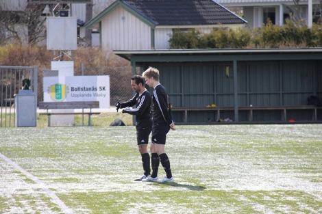 William Knowles och Kristian Andersson har en intensiv dialog under matchen på Bollstanäs IP.
