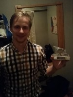 Kristian poserar med ett av hans många skytteligapriser.