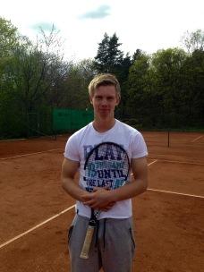 Axel Oljons har spelat ungdomsfotboll i BP, men har sin stora idrottsbakgrund i tennis. Han är/var en Sveriges vassaste i sin åldersklass.