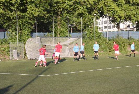Målfirande efter att Erik Ekengren gjort matchens första mål.