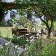 Sommardag i trädgården på Stakaberg Gårdshotell i Holm nära Halmstad